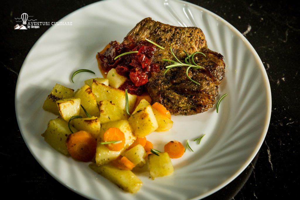Ceafă de porc și legume la cuptor